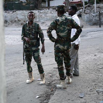 Aseistetuja poliiseja, sotilaita ja turvamiehiä näkee kaikkialla Mogadishussa.