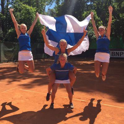 Suomi juhlii voittoa Fed Cupissa.