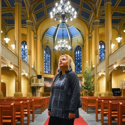 Kanttori Katariina Korkman ihailee Vaasan pääkirkon ulkonäköä ja akustiikkaa.
