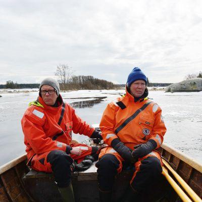 Vihdoinkin avovettä. Timo ja Maarit Rappe luovivat jäiden läpi Raippaluodon saariston mökilleen Brunnskäriin.