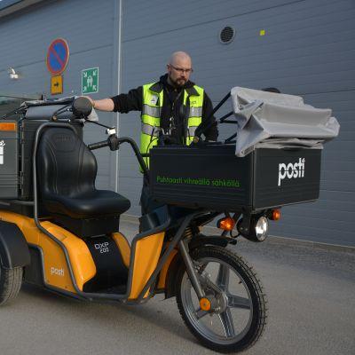 Vaasan Postin työsujeluvaltuutettu Mika Koskimäen mukaan uusi sähöskootteri parantaa työturvallisuutta merkittävästi, kun jakaja pääsee ajaen aivan postilaatikoiden viereen.