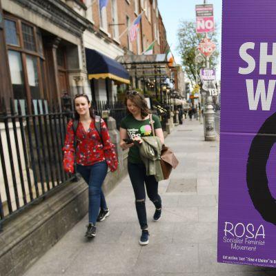 Sekä kyllä- että ei-kampanjan kylttejä on Irlannissa nyt kaikkialla.