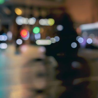 kaupunkimaisema yöllä jossa pyöräilijä