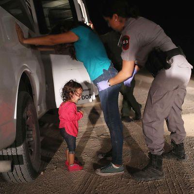 lapsi itkee kun äitiä pidätetään