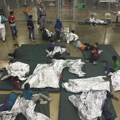 siirtolaislapsia patjoilla hätämajoituksessa. Mediaa on päästetty vierailemaan Texasin McAllenissa sijaitsevassa säilöönottokeskuksessa, jossa on niin yksin olevia lapsia, yksinäisiä aikuisia kuin perheitäkin.