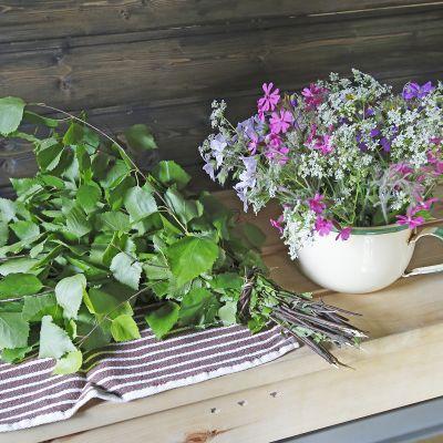 kukkia juhannussaunassa ja vihta