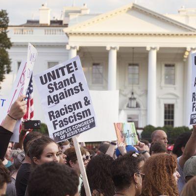 Ihmiset osoittivat mieltä Virginian Charlottesvillen väkivaltaisuuksia vastaan Valkoisen talon edessä elokuussa 2017. Charlottesvillessa yksi ihminen kuoli ja 19 loukkaantui, kun äärioikeiston kannattaja ajoi autolla väkijoukkoon.