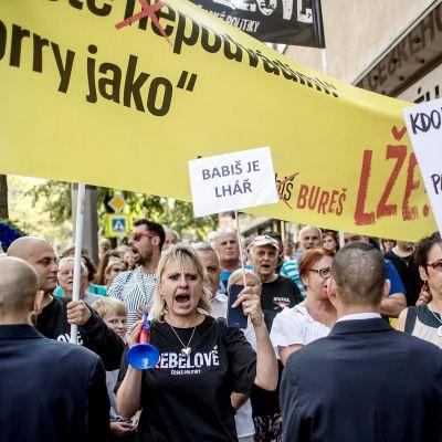 Prahan keskustaan kokoontuneen mielenosoittajat vastustivat pääministeri Andrej Babišia.