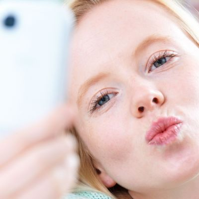 tyttö ottaa selfien
