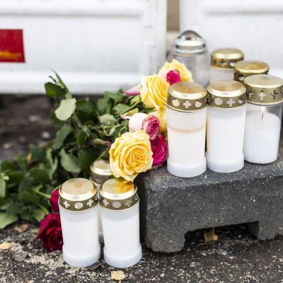 Turmapaikalle tuotiin kynttilöitä lauantaina.