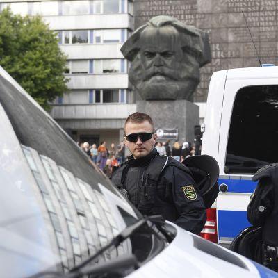 Poliisi partioimassa paikalla, jossa miestä puukotettiin 25. elokuuta Chemnitzissa.