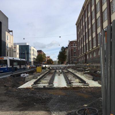 Ratikan työmaa Tampereella Itsenäisyydekadulla. Pätkä kiskoja on jo paikoillaan.