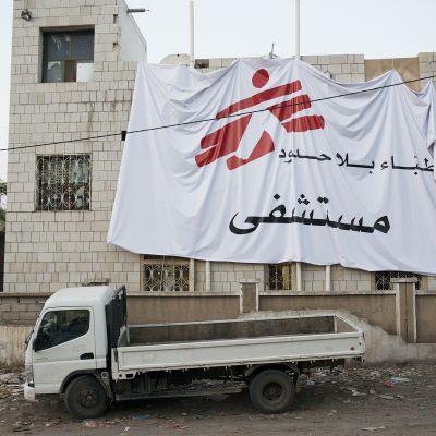 Lääkärit ilman rajoja (MSF) -järjestön rakennus Qatabassa Al-Dalin maakunnassa vuonna 2015.