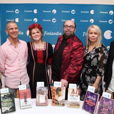 Vasemmalta, Olli Jalonen (Taivaanpallo), Jari Järvelä (Kosken kahta puolta), Katja Kettu (Rose on poissa), Pekka J. Mäkelä (Hunan), Pauliina Rauhala (Synninkantajat) ja Lars Sund, (Där musiken började / Missä musiikki alkoi) vuoden 2018 kaunokirjallisuuden Finlandia-palkinnon ehdokkaiden julkistamistilaisuudessa Helsingissä 9. marraskuuta