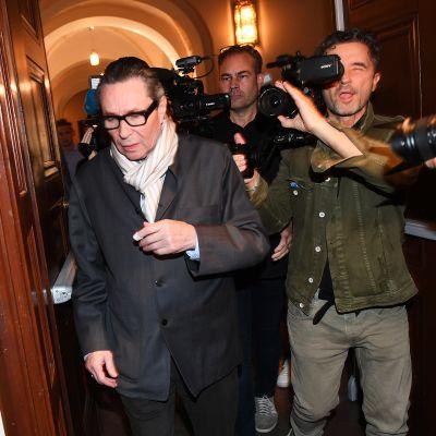 Jean-Claude Arnault saapui oikeudenistuntoon.