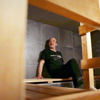 Kimmo Helistön mukaan kertalämmitteinen puusauna tarjoaa parhaat löylyt. Uuden Saunan kiukaista kaksi lämpiää pelleteillä ja yksi sähköllä.