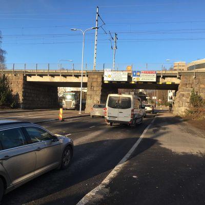 Viinikankatu alittaa Jyväskylään päin menevän rautatien Tampereen Viinikan risteyksen vieressä