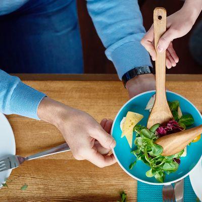 ihmiset syömässä salaattia