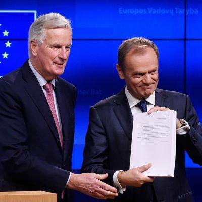 Michel Barnier ja Donlad Tusk Brexitiä koskevassa mediatilaisuudessa Brysselissä torstaina.