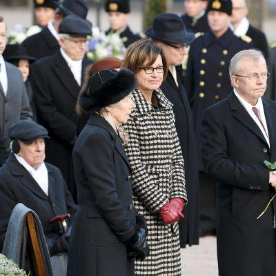 Rouva Tellervo Koivisto, tytär Assi Koivisto-Allonen ja puoliso Heikki Allonen presidentti Mauno Koiviston hautamuistomerkin paljastustilaisuudessa Hietaniemen hautausmaalla Helsingissä 25. marraskuuta.