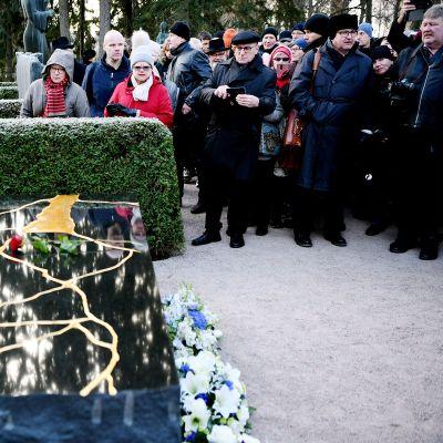 Presidentti Mauno Koiviston hautamuistomerkki paljastustilaisuudessa Hietaniemen hautausmaalla Helsingissä 25. marraskuuta