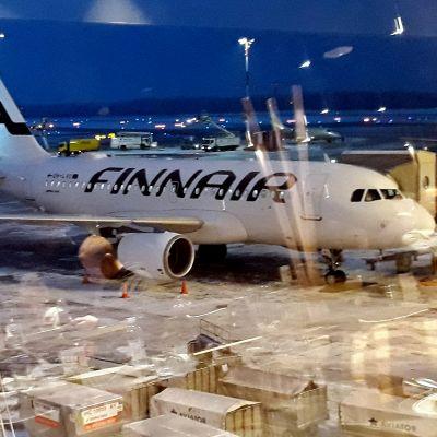 Joulun menoliikennettä Helsinki-Vantaan lentokentällä 21. joulukuuta