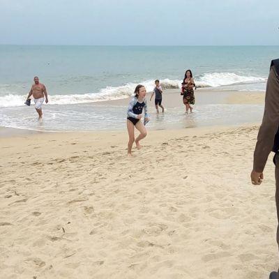 Thaimaassa poliisi varoitti turisteja uimakiellosta, joka on voimassa lähestyvän myrskyn takia.