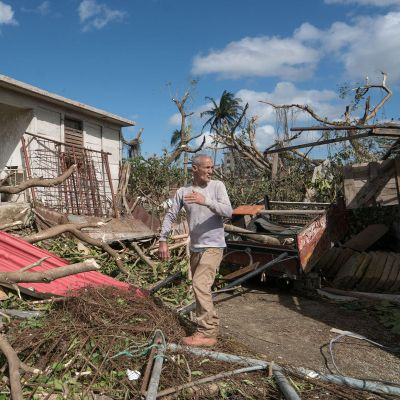 José Antonio Francisco González näki tornadon lähestyvän. Kotinsa ja kaksi hevosta menettanyt mies oli siivoamassa myrskyn tuhoja. Hän jaksaa silti toivoa, että hevoset palaavat ja että valtio tukee kotinsa menettäneitä.