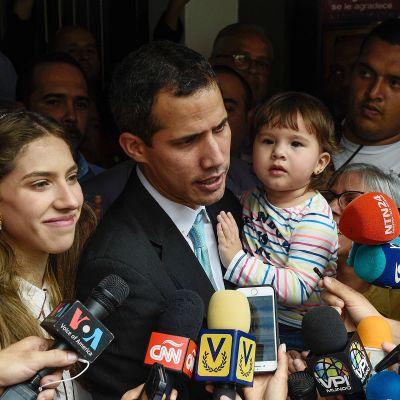 Juan Guaidó puhui medialle kotitalonsa edessä Caracasissa 31. tammikuuta. Vasemmalla vaimo Fabiana Rosales ja sylissä tytär Miranda.