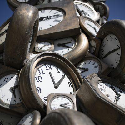 kelloja taideteoksessa