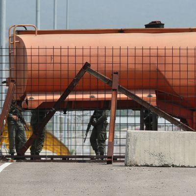 Venezuelan armeija sulki säiliöperävaunulla ja suurella kontilla Venezuelan ja Kolumbian yhdistän Tienditas-rajasillan.