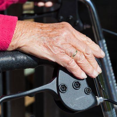 vanhuksen käsi rollattorilla