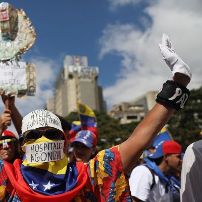 Venezuelalaiset osoittivat mieltään esteettömän humanitäärisen avun puolesta Caracasissa 23. helmikuuta.
