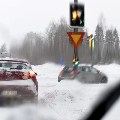 autoja huonossa ajokelissä talvella