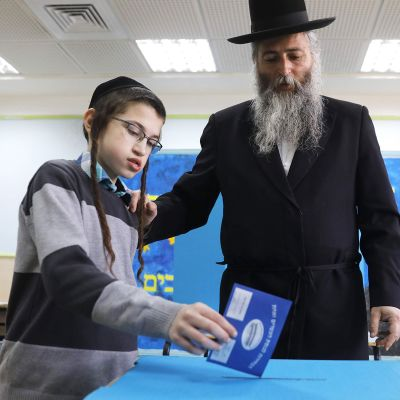 Ortodoksijuutalainen äänestämässä Jerusalemissa tiistaina.