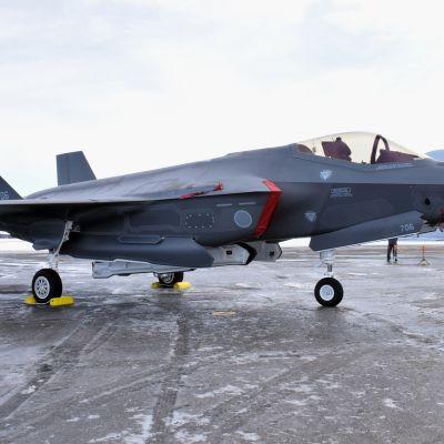 F-35 -hävittäjä Misawan lentotukikohdassa Aomorissa, Japanissa tammikuussa 2018.