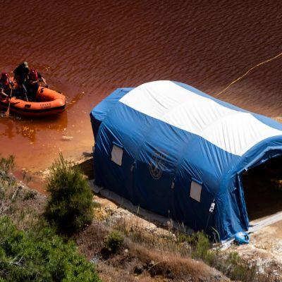 """Viranomaiset etsivät ruumiita """"Punaisesta järvestä"""" Kyproksella 29. huhtikuuta."""