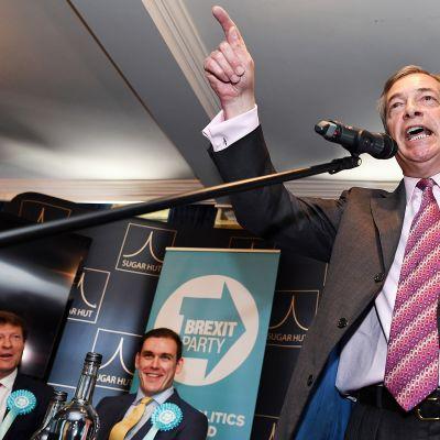 EU-vastainen poliitikko Nigel Faragen päälle heitettiin pirtelöä.