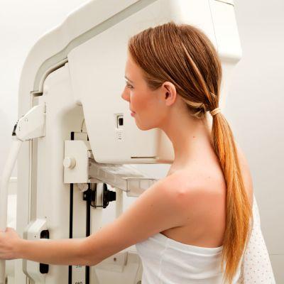 kvinna i mammografiundersökning