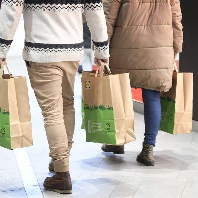 Ihmisiä ostoksilla.
