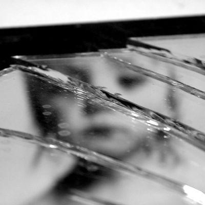 Ett barn speglas via en söndrig spegel
