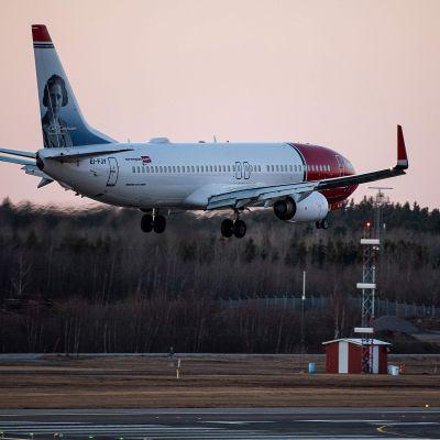 Norwegianin kone laskeutumassa Arlandan lentokentälle 16. maaliskuuta.