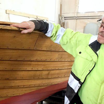 Seppo Lamminpää veneensä äärellä