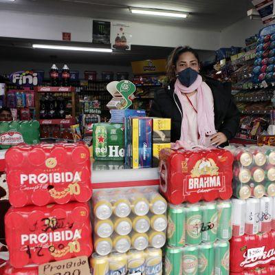 Hiromi Tomen mukaan uruguaylaiset ostavat etenkin tummaa olutta. Hänen isoisänsä perusti liikkeen 50 vuotta sitten. Nyt osa tuotteista on vanhenemassa.