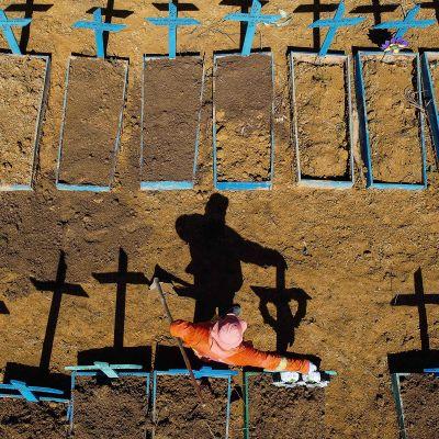 Koronauhrien hautausmaa Manausissa, Brasiliassa kuvattuna 2. kesäkuuta.