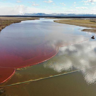 punaiseksi värjäytynyt joki