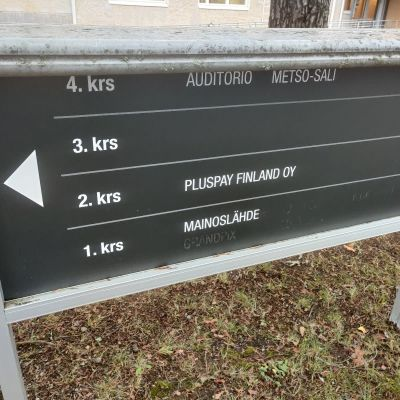 Kyltti, jossa lukee Pluspay Finlandin nimi.
