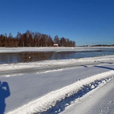 vettä jäällä Kemin edustalla