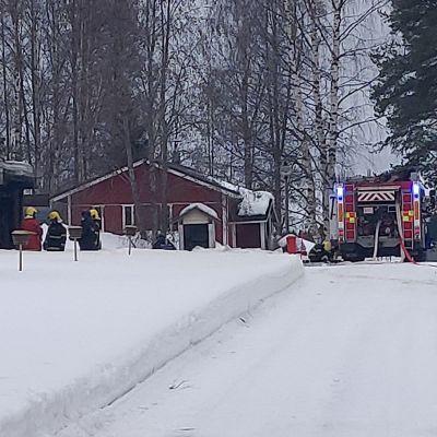 Palomiehet töissä omakotitalolla Siilinjärven Ruuskalantiellä.