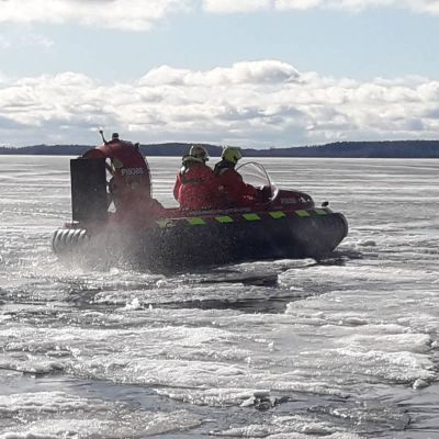 Pirkanmaan pelastuslaitoksen ilmatyynyalus kulkee järven jäällä.